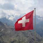 דגל שוויץ אדום מדם של המתנגדים הצרפתים, מתנופף מעל הרי מזרח צרפת.