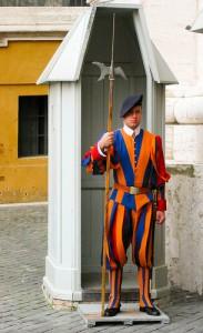 שומר שוויצרי עומד איתן, מונע מהאפיפיור לצאת. צילום: brefe
