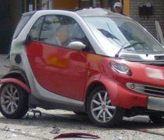 רכב סמארט נפגע מהתנגשות עם הולך רגל בן 75